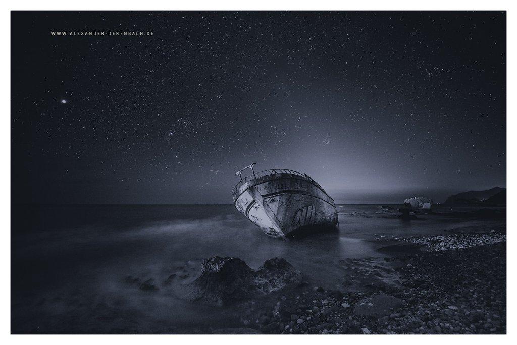 Schiffswrack bei Nacht in S/W